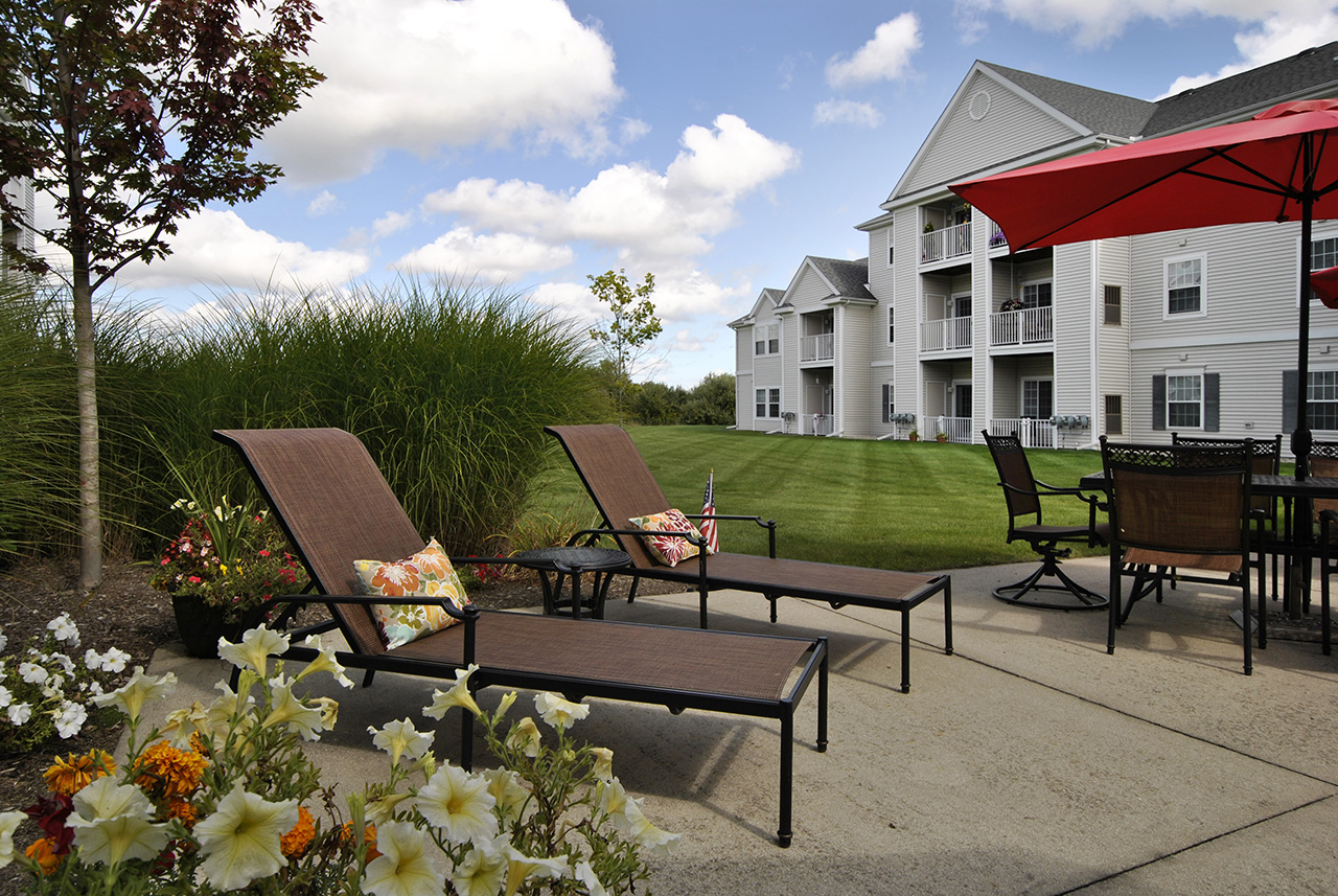 Lounge chairs at Swanhaven Manor exterior courtyard